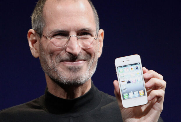 Steve-Jobs-iPhone-2010